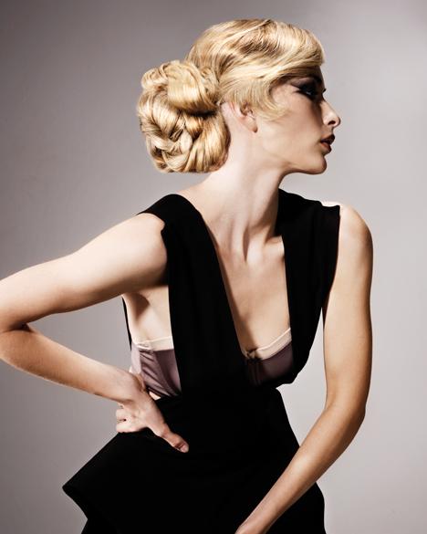 Coafură elegantă cu părul prins în coc, Foto: hji.co.uk