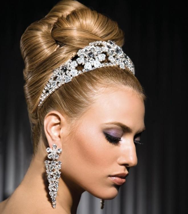 Coafură franțuzească cu accesoriu în păr, potrivită pentru mireasă, Foto: idealwedding.info