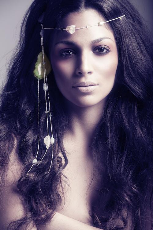 Coafură gypsy cu accesoriu în păr, Foto: vespoe.com