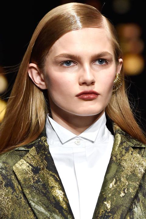 Coafură pentru păr lung cu aspect umed, Foto: patalessi-salon1580.blogspot.com