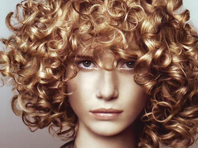 Coafură pentru păr mediu, creț, Foto: berry-girl.ru