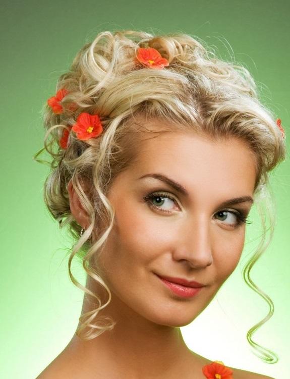 Coafură updo cu flori în păr, Foto: thebestfashionblog.com