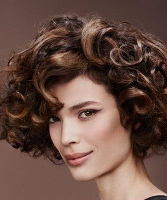 Coafuri elegante pentru femei cu părul creț, Foto: 9linesmag.com