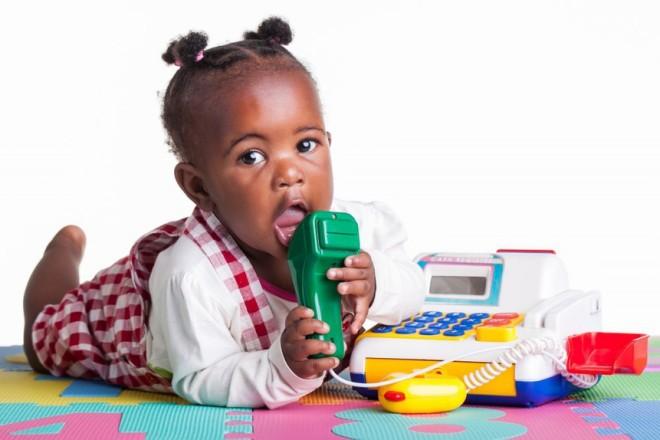 Copiii au tendința de a băga jucăriile în gură, Foto: mixa.fr
