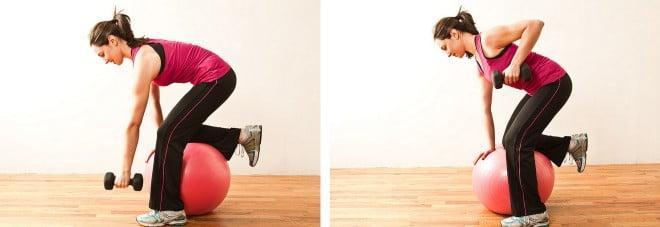 Exercițiu pentru spate, cu o ganteră și mingea de stabilitate, Foto: thebeautybean.com