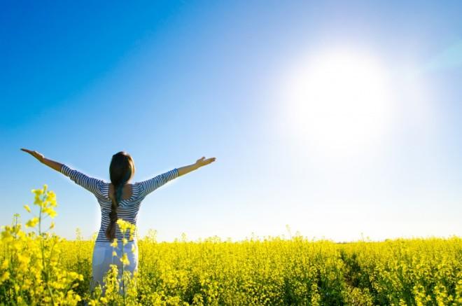 Expunerea la soare timp de 10 minute pe zi ajută la sinteza vitaminei D și la absorbția de calciu în organism, Foto: trendsnutrition.com