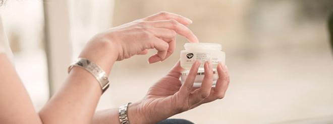 Folosirea unor produse cosmetice de calitate superioară, speciale pentru ten sensibil, Foto: greenpeople.co.uk
