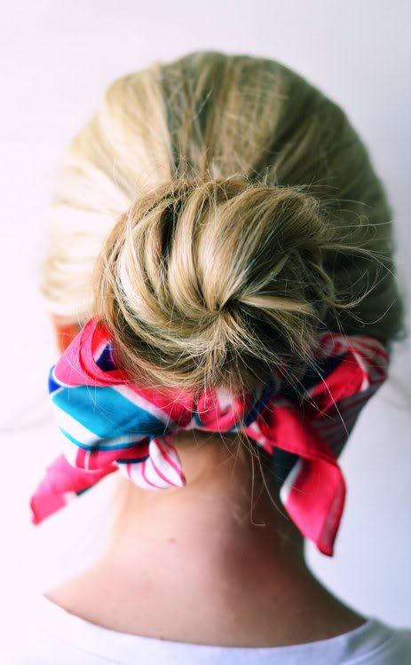 Fundiță din eșarfă la părul prins în coc, Foto: theshineproject.com