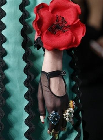 Mănuși, inele cu ornamente, accesoriu floral, Foto: quanhta.com.vn