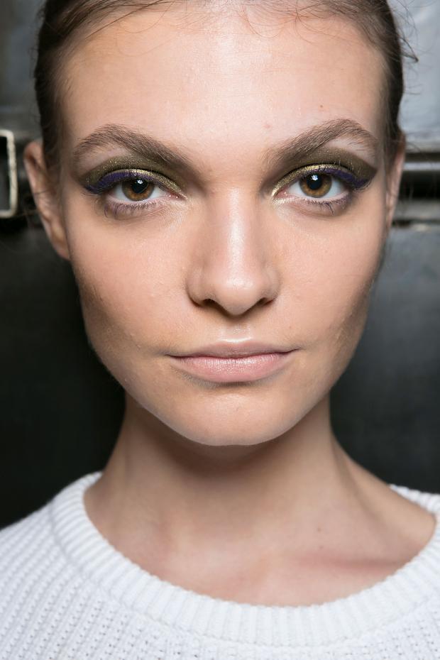 Machiaj pentru ochi în colecția lui Marissa Webb, kaki strălucitor pentru fard de pleoape și violet pentru creionul dermatograf, Foto: fashionising.com