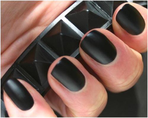 Manichiură neagră cu aspect mat , Foto: aprettytrippyblog.com