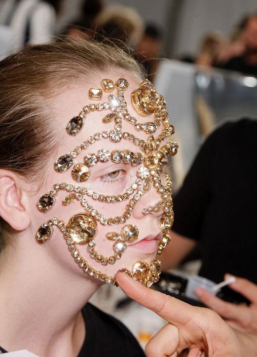 Mască din bijuterii, în colecția de modă Givenchy, Foto: noonmag.com