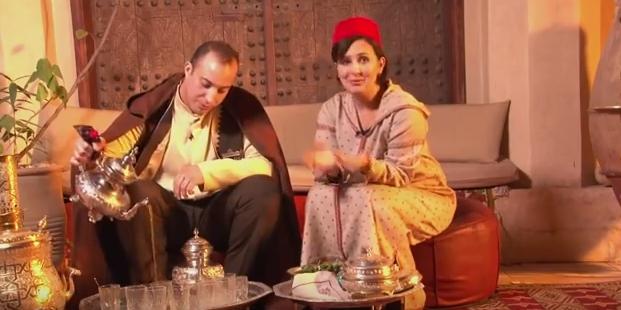 Mod de a turna ceaiul în pahare în Maroc