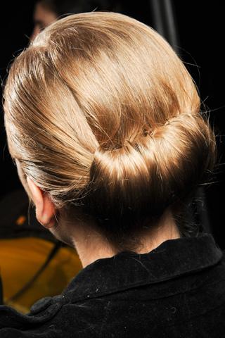 Mod de prindere a părului la spate în coc în colecția de modă Carollina Herrera, Foto: alexscissors.wordpress.com