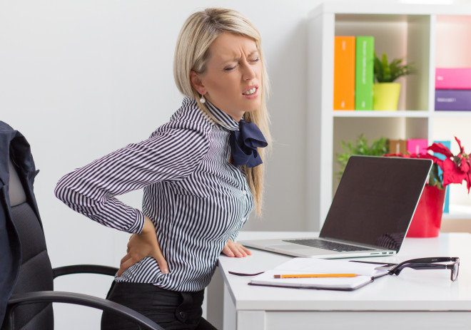 Munca la calculator și poziția inadecvată pe scaun poate produce tensiune musculară și dureri în zona spatelui, Foto: dr-piryaei.sifeindia.in