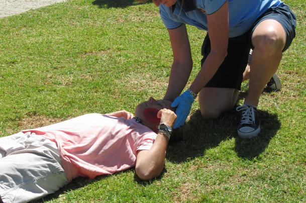 Poziția victimei în decubit dorsal în caz de traumatism la cap, Foto: pixgood.com
