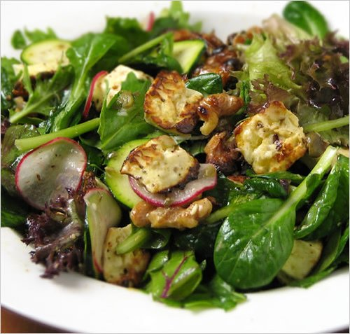 Salată din nuci, dovlecel, ridichi, salată mixtă, brânză, asezonată cu maghiran, ulei de măsline, usturoi zdrobit, sare, piper negru și zeamă de lămâie