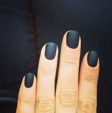 Se poartă manichiura neagră cu unghii scurte, Foto: aprettytrippyblog.com