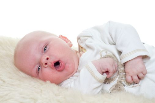 Simptome de tuse convulsivă la bebeluși, aceștia scot de obicei limba afară, Foto: lifeline.de
