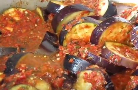 Vinetele se fierb în amestecul de legume