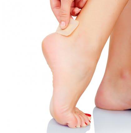 Aplicarea plasturelui la picior pentru protejarea pielii, Foto: bacsytructuyen.com