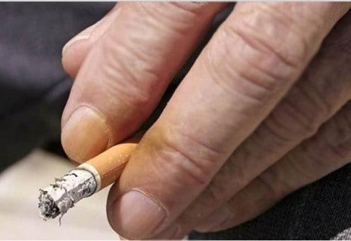 Fumatul îngălbenește pielea și unghiile, Foto: cigarettesguide.wordpress.com