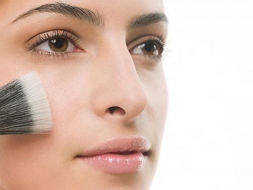 Aplicarea highlighter-ului pentru a lumina anumite zone ale feței, Foto: trangdiemcuoi.com