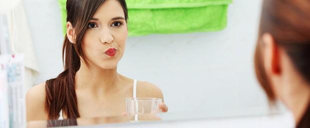 Clătirea gurii cu apă cu sare, Foto: hinsdaledental.com