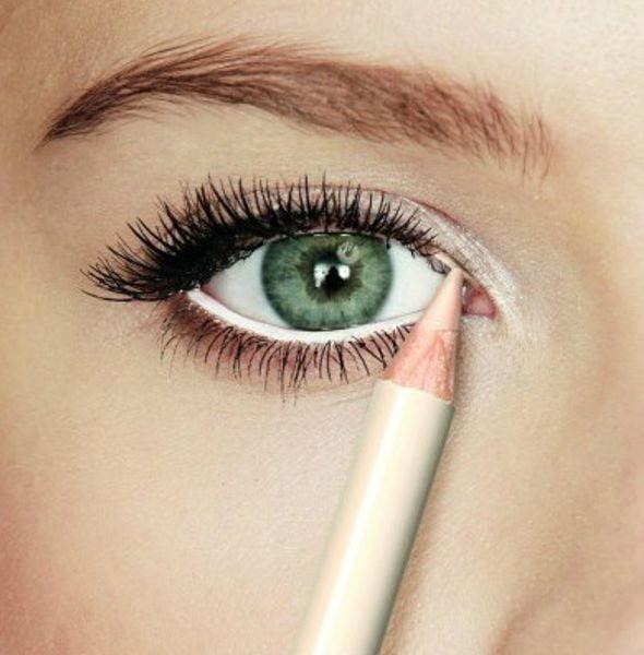 Cu creionul dermatograf alb se conturează linia ochiului, Foto: tops10.loquenosabias.com