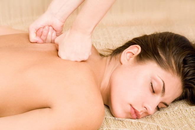 Masaj pentru spate pentru eliminarea stresului și a tensiunii musculare, Foto: backtohealthmi.com