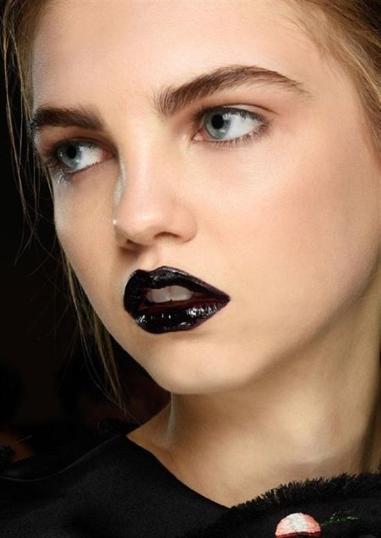 Rujul de buze negru scoate în evidență pielea albă, Foto: download44.ir