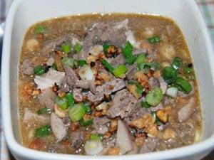 Supa Batchoy din carne și organe de porc, sânge de porc, tăiței, orez și condimente, Foto: panlasangpinoymeatrecipes.com