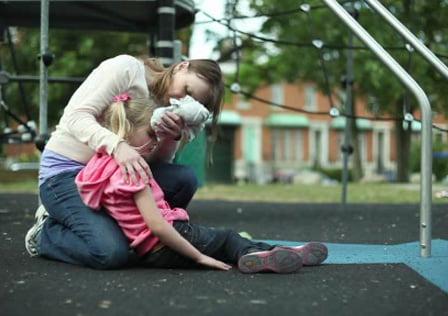 Aplicare compresei umede cu apă rece în caz de lovitură la cap, Foto: redcross.org.uk