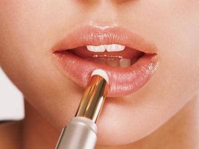 Aplicarea balsamului pentru tratamentul buzelor uscate, Foto: 9xfashion.com