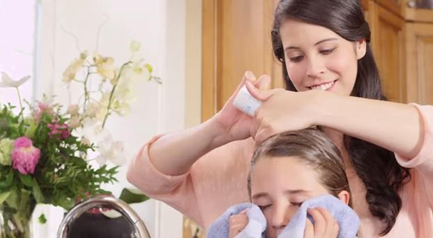 Aplicarea unui șampon special pentru tratamentul pediculozei