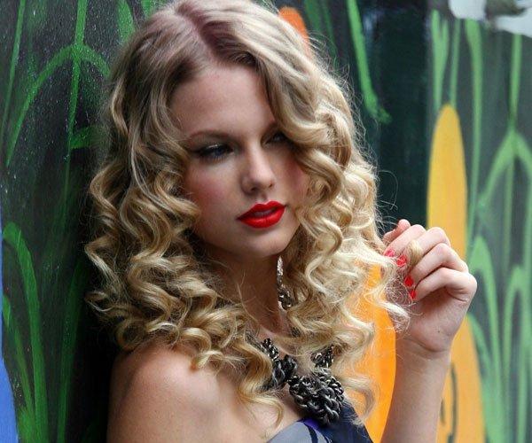 Bucle elegante pentru păr blond, Foto: thewowstyle.com