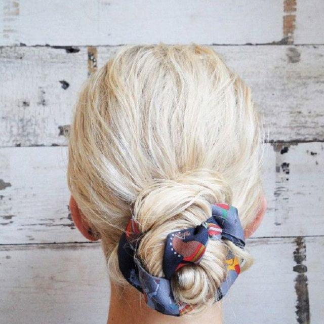 Coafură cu părul prins în coc și cu eșarfă, Foto: cosmopolitan.fr