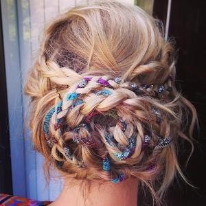 Coafură eegantă cu părul împletit cu eșarfă și prins în coc la spate, Foto: indulgy.com