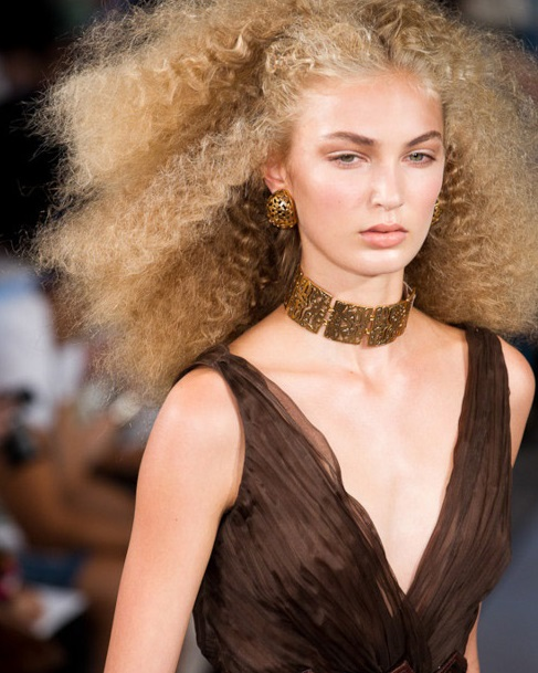 Coafură elegantă la modă în acest an, Foto: strizhka-volos.ru