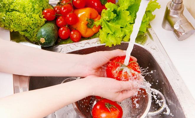Legumele și fructele trebuei foarte bine spălate înainte de a fi consumate, Foto: rtv.de