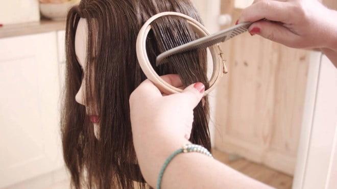 Mod de prindere a gherghefului în șuvițele de păr pentru realizarea țesăturii