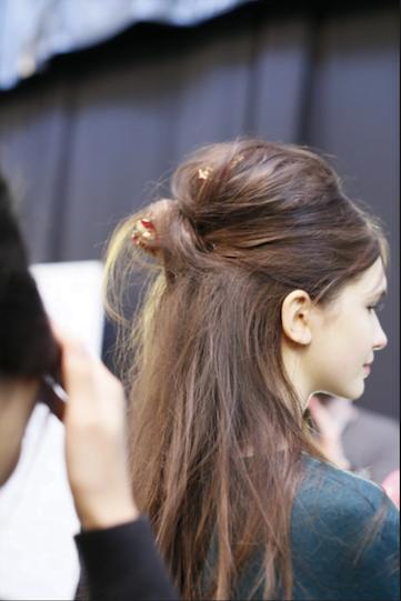 Mod simplu de prindere a părului la spate, Foto: loveitandlistitblog.files.wordpress.com