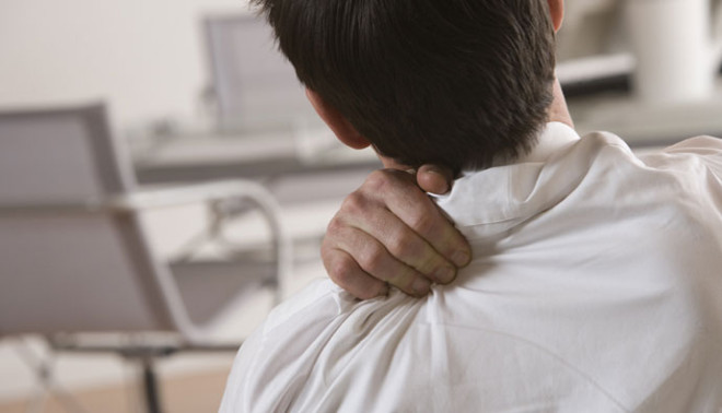 Munca la birou, pe scaun poate fi un factor de risc al durerilor de spate, Foto: yoorwellness.com