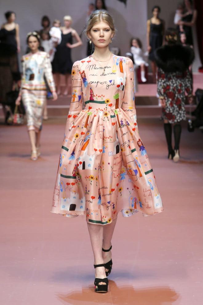 Rochie Dolce&Gabbana cu imprimeu inspirat din desene realizate de copii, Foto: soperlage.com