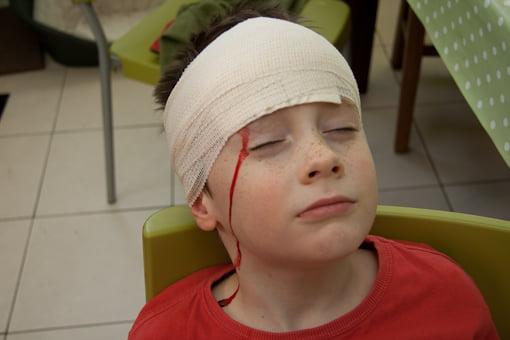 Traumatism cranian, pansament și bandaj pe rană la cap, Foto: firstaidcprhamilton.ca