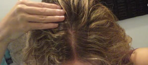 Uleiul de nucă de cocos combate căderea părului. Se aplică la rădăcina firelor de păr