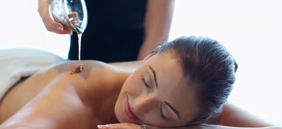 Uleiul de nucă de cocos este perfect pentru masaj, ajută la regenrarea pielii