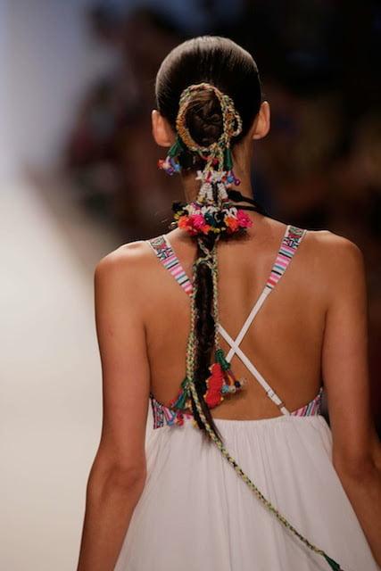 Variantă interesantă de coafare a părului, Foto: wanderlustdrifted.blogspot.ro