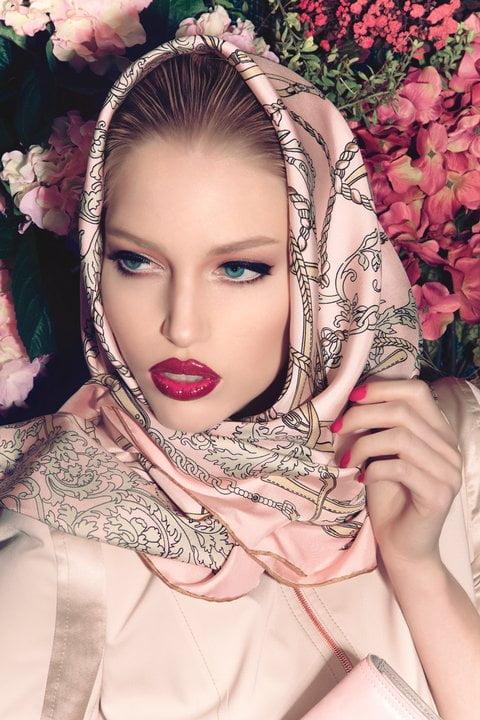 Versiunea vintage cu eșarfa pe cap în tendințele modei din acest an, Foto: fashionwithus.com