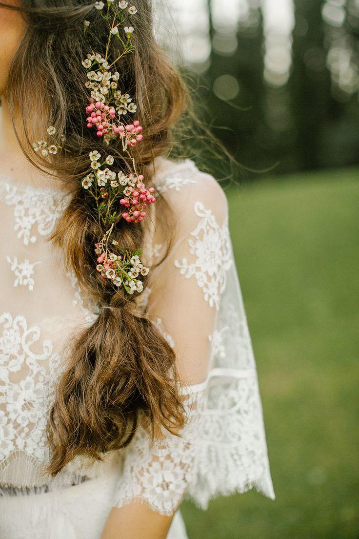 Coafură cu flori în păr, Foto: weddingpartyapp.com